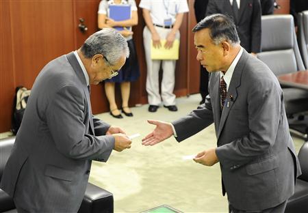 「日本は単一民族」と発言した中山国交相(右)に抗議に訪れた北海道ウタリ協会の加藤忠理事長=2008年9月26日、国交省