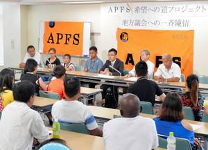在留特別許可を求め会見する外国人ら=18日、東京都板橋区で