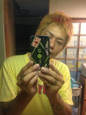 北野創(はじめ)が持っているスマホには極心と書かれている。極心連合会(きょくしんれんごうかい)は、大阪府東大阪市に本部を置く暴力団で、指定暴力団山口組の二次団体