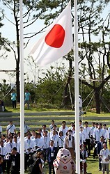 入村式で、掲揚される日の丸を見つめる日本選手団=韓国・仁川で2014年9月16日午前10時2分、小川昌宏撮影