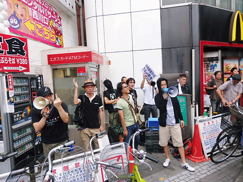 中指立てる「しばき隊」ども移民受け入れ断固反対デモ行進 in 西川口20140713