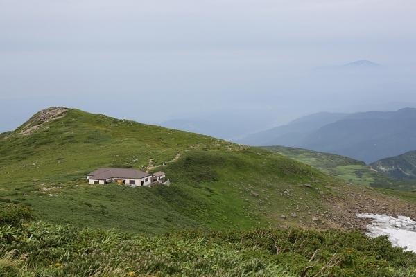 月山。オモワシ山から仏生池小屋を振り返る。