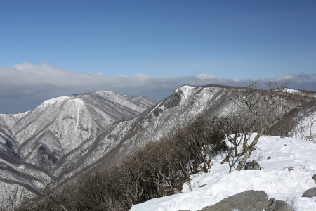 藤原岳から天狗岩、御池岳を望む