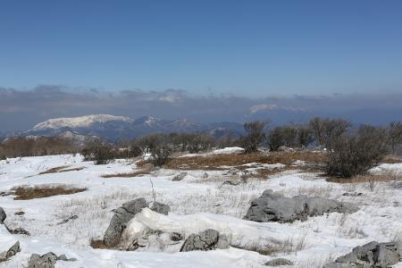 藤原山荘北側のピークから伊吹山を望む