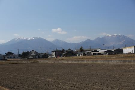 麓から竜ヶ岳(左)と藤原岳(右)
