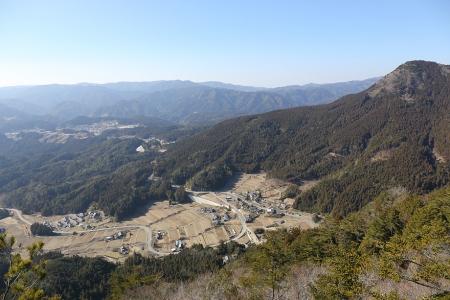 岩古谷山から和市集落、鹿島山を望む