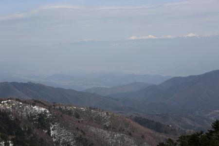 頂上北の鞍部から伊那谷、南アを眺める