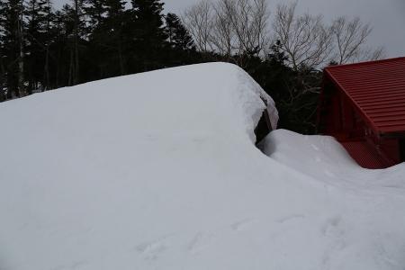 冬期小屋はまだ雪の中