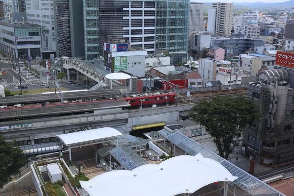 名鉄電車を眺めながら食事