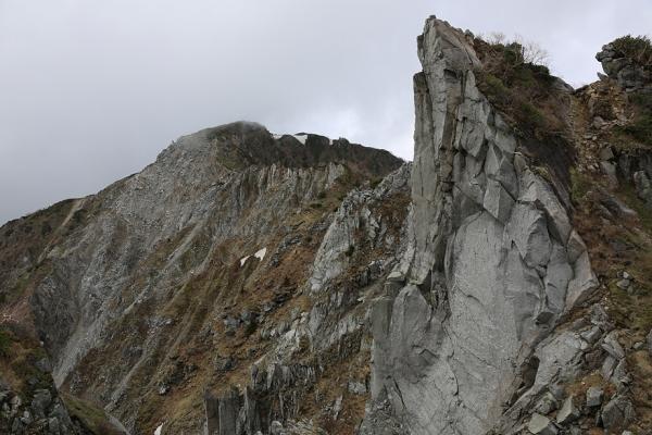 ガスから姿を見せた牙岩と麦草岳