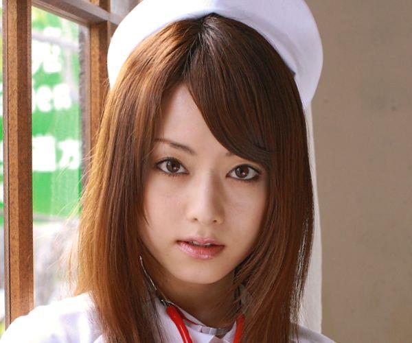 吉沢明歩 看護師コスプレの白衣を脱ぎエッチな下着姿になる着エロ画像01.jpg