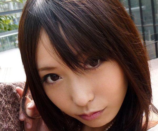 有村千佳(ありむら ちか)美脚のAV女優がコスプレでM字開脚している着エロ画像