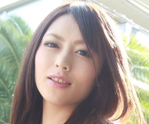 桜井あゆ カメラを見つめエッチに服を脱ぐAV女優の下着姿エロ画像01.jpg