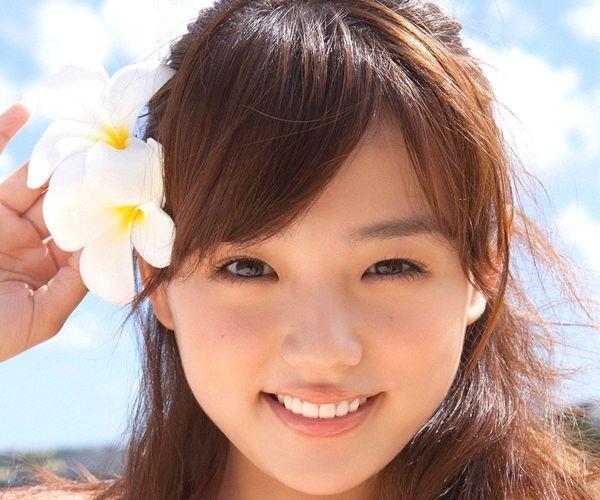 篠崎愛 むちむち巨乳のグラビアアイドルはみ出すおっぱい水着エロ画像01a.jpg