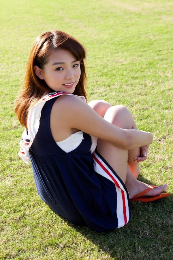 篠崎愛 むちむち巨乳のグラビアアイドルはみ出すおっぱい水着エロ画像04a.jpg