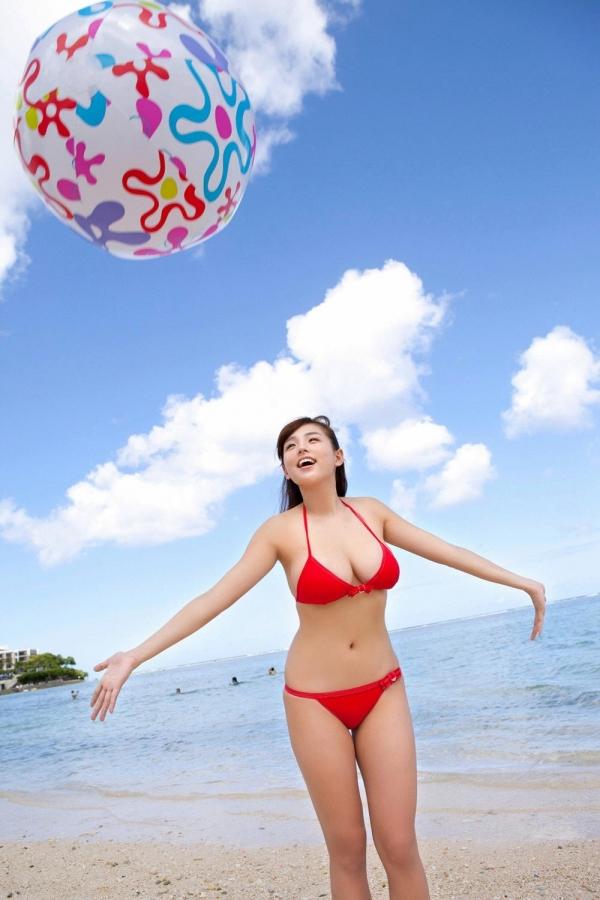 篠崎愛 むちむち巨乳のグラビアアイドルはみ出すおっぱい水着エロ画像16a.jpg
