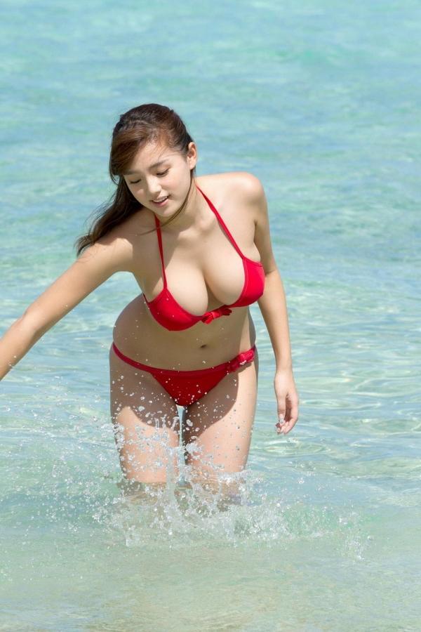 篠崎愛 むちむち巨乳のグラビアアイドルはみ出すおっぱい水着エロ画像19a.jpg