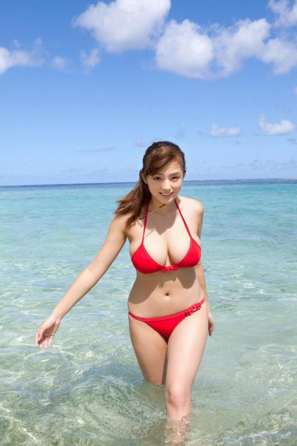 篠崎愛 むちむち巨乳のグラビアアイドルはみ出すおっぱい水着エロ画像20a.jpg