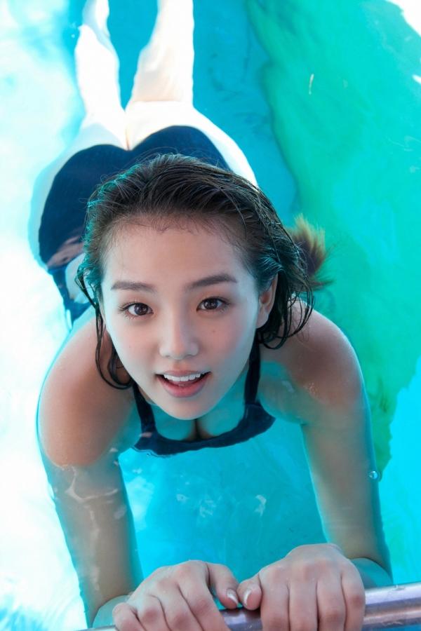 篠崎愛 巨乳おっぱいで競泳水着がパンパンなグラビアアイドル画像06.jpg