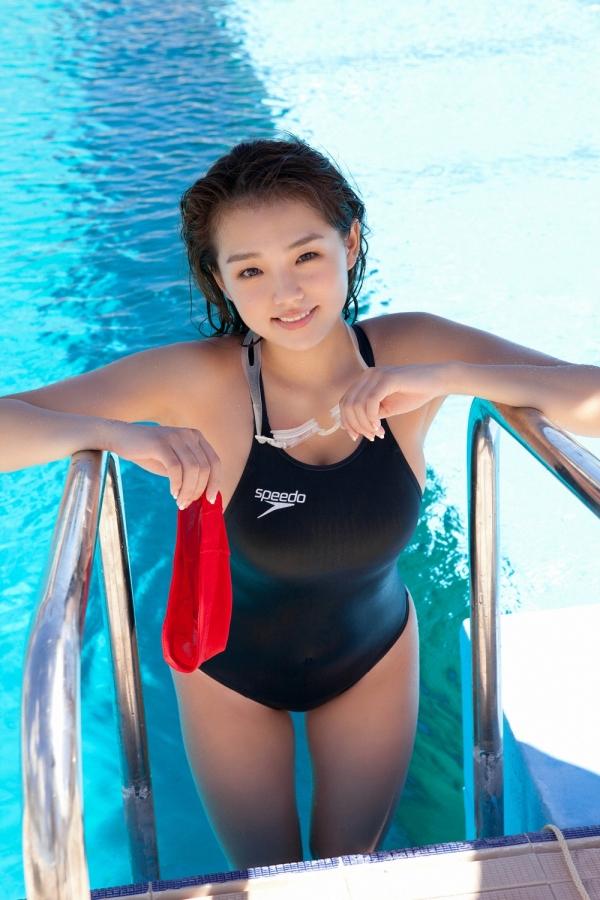 篠崎愛 巨乳おっぱいで競泳水着がパンパンなグラビアアイドル画像08.jpg