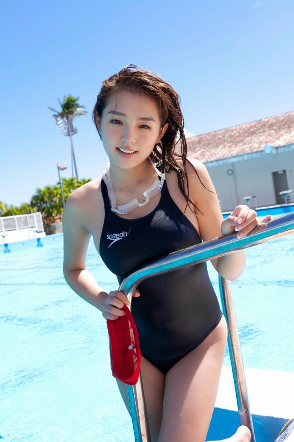 篠崎愛 巨乳おっぱいで競泳水着がパンパンなグラビアアイドル画像10.jpg