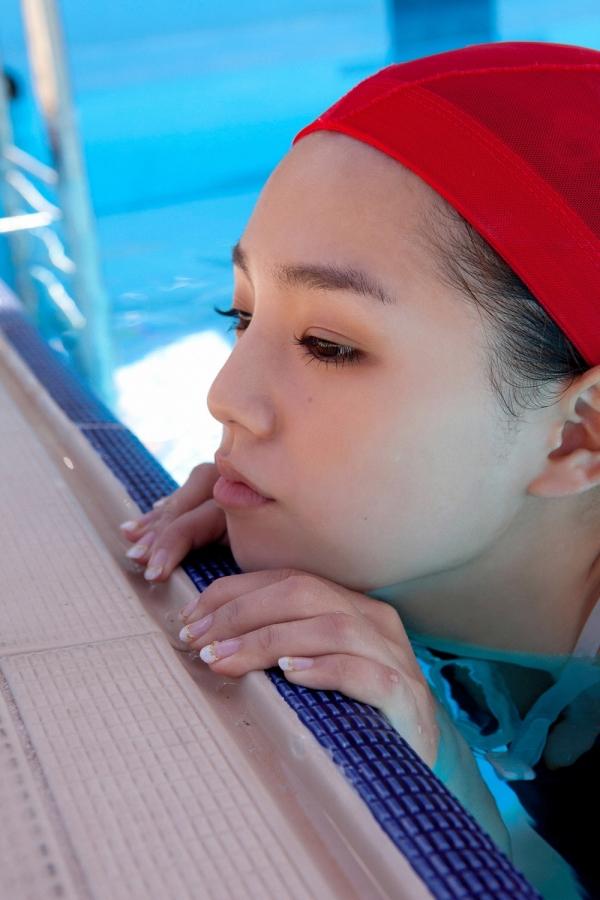 篠崎愛 巨乳おっぱいで競泳水着がパンパンなグラビアアイドル画像21.jpg