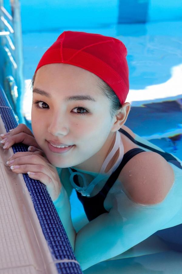 篠崎愛 巨乳おっぱいで競泳水着がパンパンなグラビアアイドル画像22.jpg