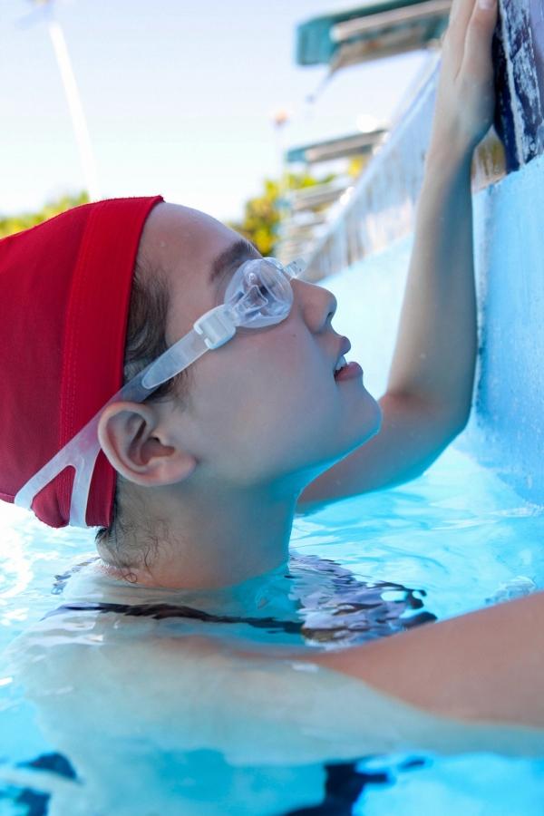 篠崎愛 巨乳おっぱいで競泳水着がパンパンなグラビアアイドル画像27.jpg