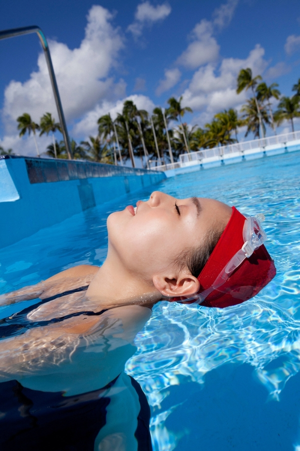 篠崎愛 巨乳おっぱいで競泳水着がパンパンなグラビアアイドル画像28.jpg