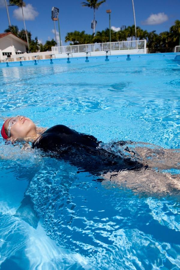 篠崎愛 巨乳おっぱいで競泳水着がパンパンなグラビアアイドル画像29.jpg