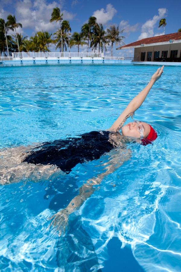 篠崎愛 巨乳おっぱいで競泳水着がパンパンなグラビアアイドル画像30.jpg