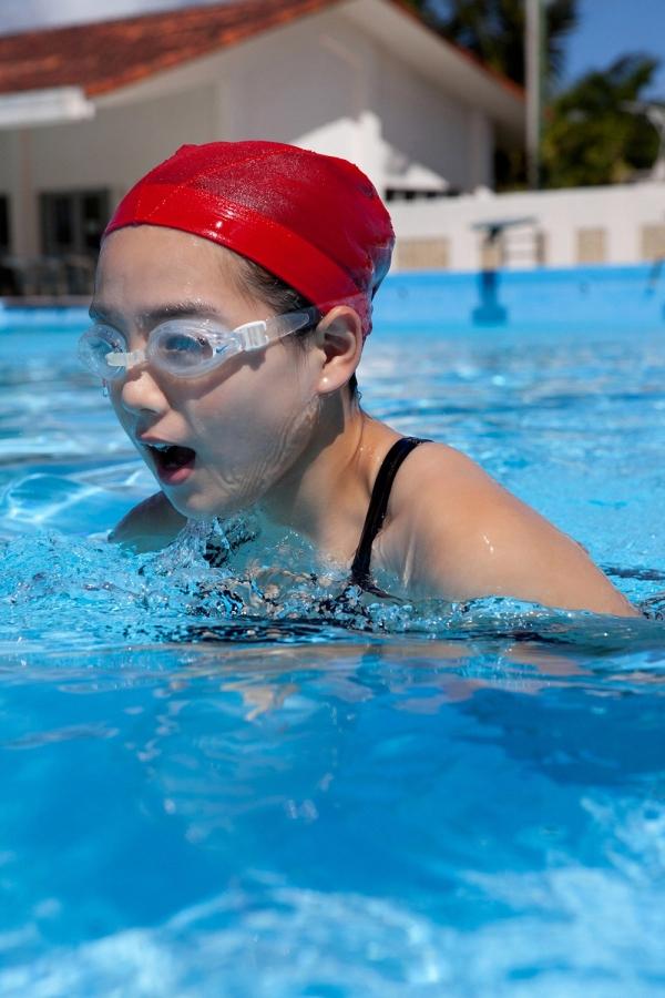 篠崎愛 巨乳おっぱいで競泳水着がパンパンなグラビアアイドル画像33.jpg