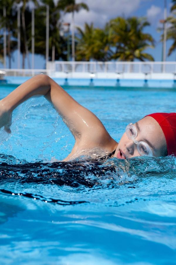 篠崎愛 巨乳おっぱいで競泳水着がパンパンなグラビアアイドル画像34.jpg