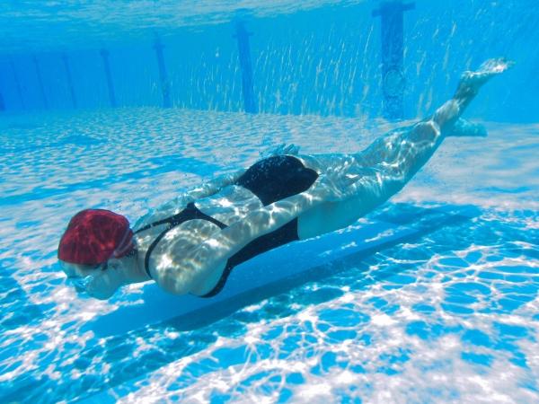 篠崎愛 巨乳おっぱいで競泳水着がパンパンなグラビアアイドル画像35.jpg