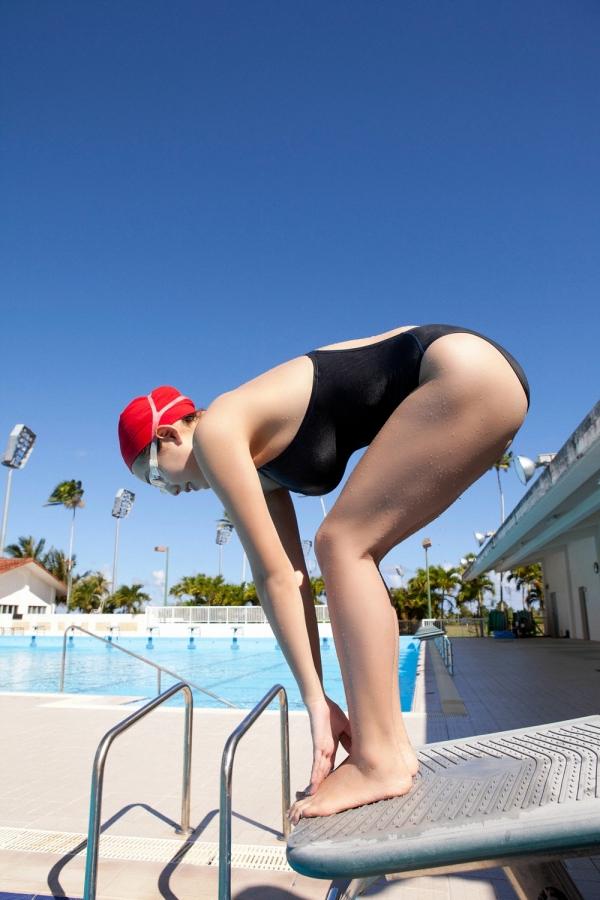 篠崎愛 巨乳おっぱいで競泳水着がパンパンなグラビアアイドル画像39.jpg