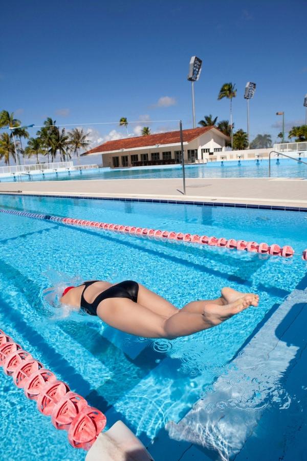 篠崎愛 巨乳おっぱいで競泳水着がパンパンなグラビアアイドル画像41.jpg