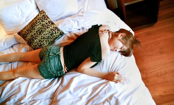 杉原杏璃|ビキニからハミ出たおっぱいがエッチなグラビアアイドルの水着エロ画像20.jpg