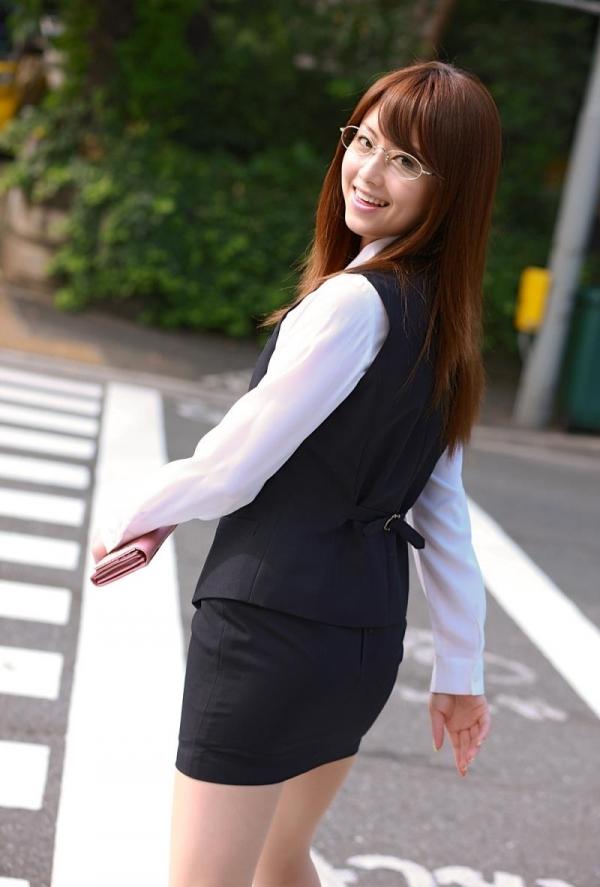 吉沢明歩 OLコスプレの美人AV女優が制服から下着姿になる着エロ画像007.jpg