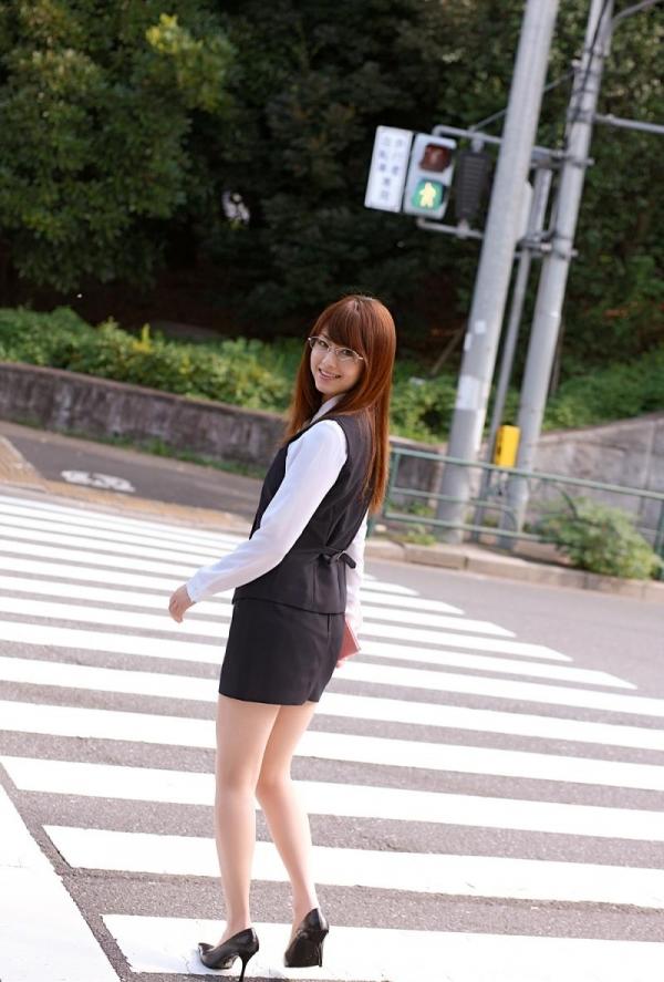 吉沢明歩 OLコスプレの美人AV女優が制服から下着姿になる着エロ画像06.jpg