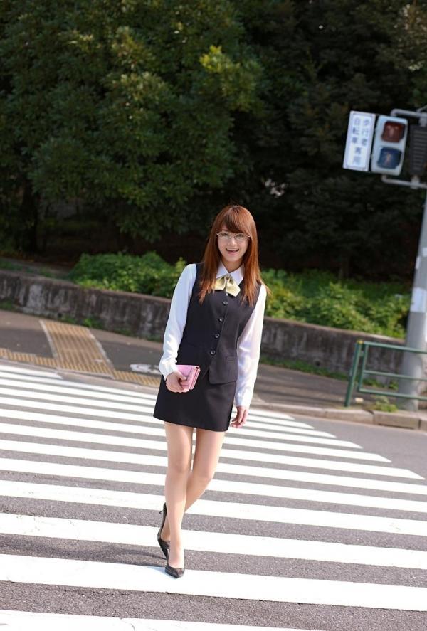 吉沢明歩 OLコスプレの美人AV女優が制服から下着姿になる着エロ画像07.jpg
