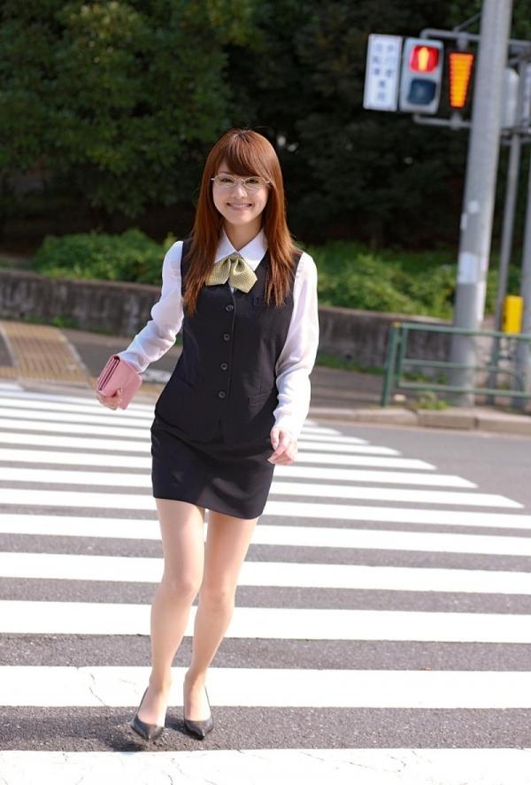 吉沢明歩 OLコスプレの美人AV女優が制服から下着姿になる着エロ画像08.jpg