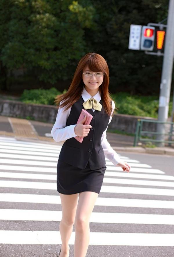 吉沢明歩 OLコスプレの美人AV女優が制服から下着姿になる着エロ画像09.jpg
