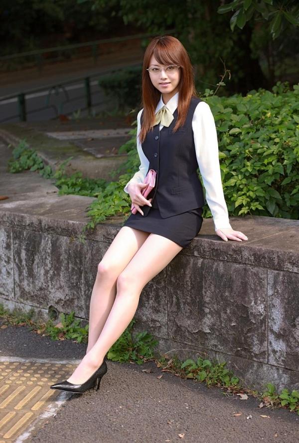 吉沢明歩 OLコスプレの美人AV女優が制服から下着姿になる着エロ画像10.jpg