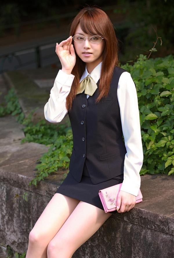 吉沢明歩 OLコスプレの美人AV女優が制服から下着姿になる着エロ画像11.jpg