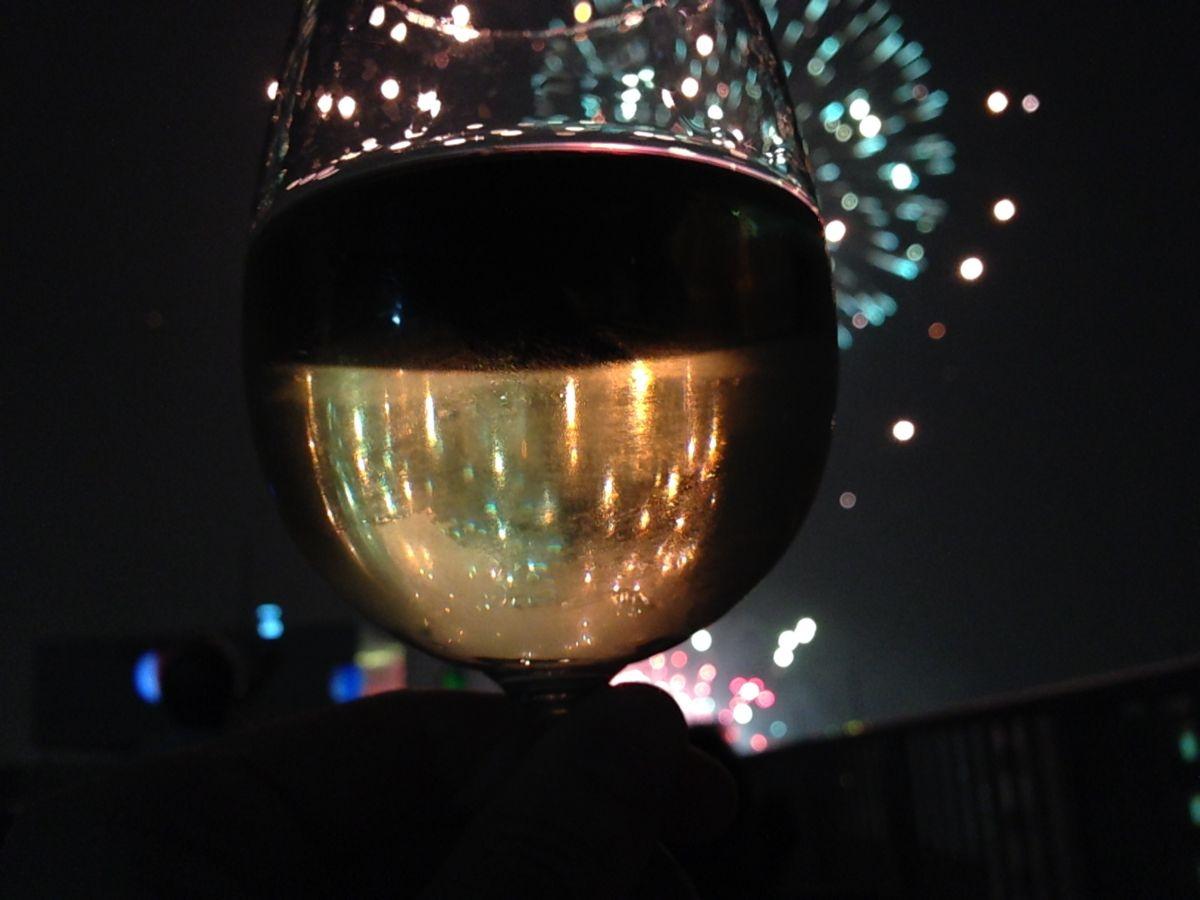 ワイン越しに花火を撮ってみた。