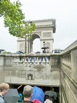 シャンゼリゼ通りから凱旋門へ行く階段