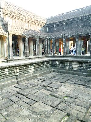 十字回廊にある沐浴場跡