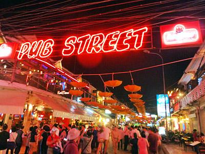 ネオン輝くパブ・ストリート