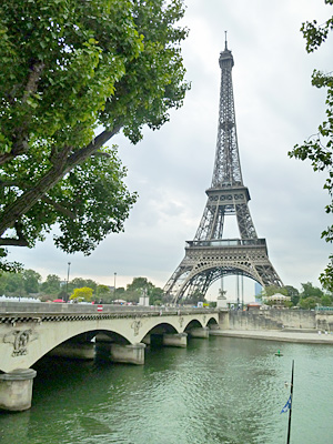セーヌ川とイエナ橋の向うにエッフェル塔