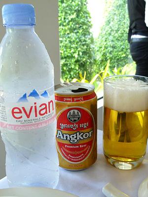 エビアン水とアンコールビール